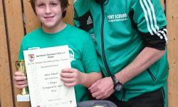 Turniersieger Jaden Elwert / ASV Schlichten mit seinem stolzen Trainer Karsten Zscherpe.